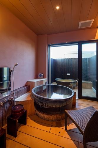 ベッド付き客室の露天風呂 撮影 下村 康典