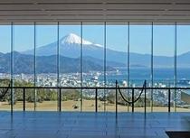 ロビーから眺める富士山