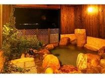 波音を聞きながら温泉に浸る露天風呂