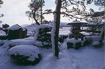 雪景色を部屋より眺める。