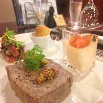 *[Dinner/前菜一例]八幡平杜仲茶豚のパテドカンパーニュは人気の一品。