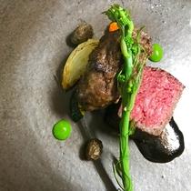 *[Dinner/肉料理一例]八幡平牛もも肉ロースト。お皿は八幡平市のtamari窯さんオリジナル。