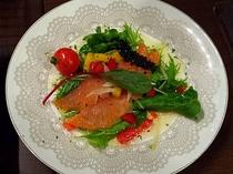 【夕食の一例】サーモンとキャビアのイタリアンサラダ