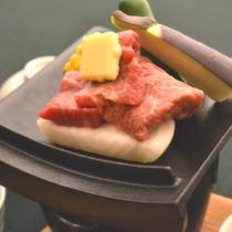 瓦でお肉をジュージュー『野戦焼き』。溢れる肉汁が食欲をそそります。
