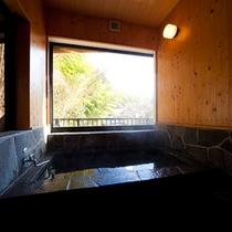■和洋室+ロフト■もみじ 展望内風呂から温泉街を一望。