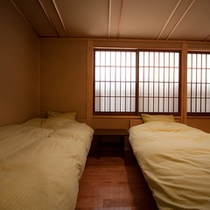 ■和洋室■葵  総檜の手作りツインベッドを備えております。