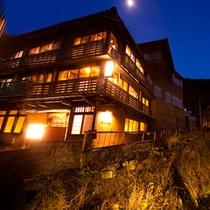 ■外観■花合野川に沿って佇む右丸旅館