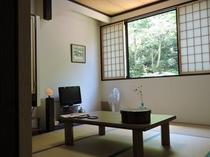和室8畳例/改装した快適な空間をご用意。窓の外にはブナの原生林が広がり、渓流のせせらぎが心を癒す