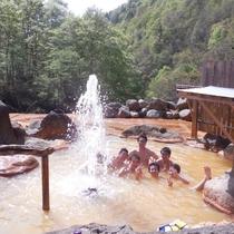 露天風呂で極上の温泉と間欠泉を体験!混浴※女性はバスタオル利用OK・レンタル有