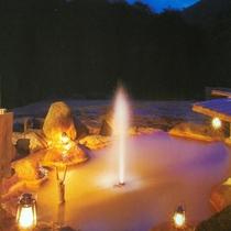 満点の星空の下、露天風呂にて間欠泉が吹き上がる!その高さは時には5mにも