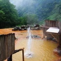 露天風呂にて間欠泉が吹き上がる!その高さは時には5mにも。まさに感動もの!