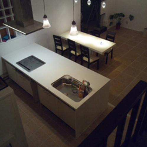 アイランド型のシステムキッチンとテーブルです。