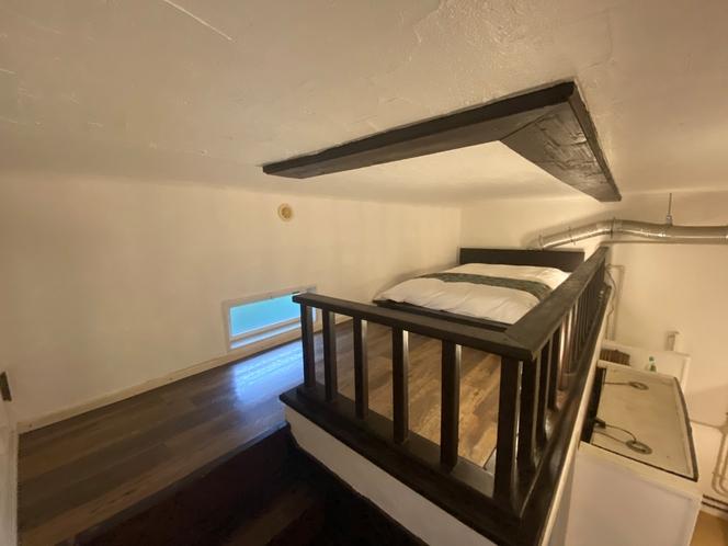 中段二階のロフトです。セミダブルベッドをご用意してます。ダブルベッドに変更するかもしれません。