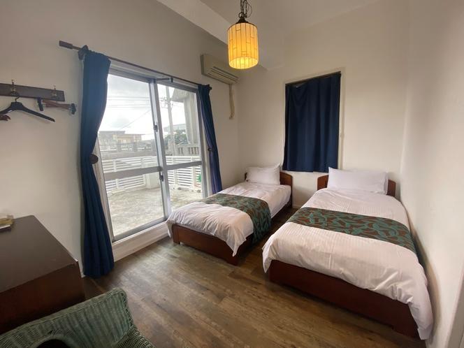 二階のベッドルーム2です。シングルベッドが二つあります。
