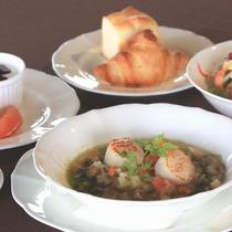 【シェフこだわりの朝食】ホタテのポワレと島野菜のニース風スープ仕立て
