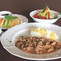 【シェフこだわりの朝食】県産キノコと豚肉のクリーム煮 サツマイモとオリーブオイルの炊き込みご飯添え