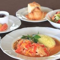 【シェフこだわりの朝食】島鶏のバスク風 サフランライス添え