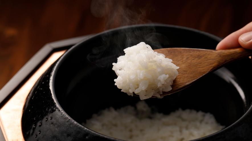 朝食は自家製米を羽釜で炊いたご飯