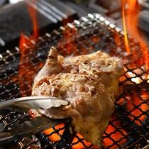 鍋の軍鶏は由布院の隣町、庄内町で飼い方、餌などに気を使い育てている軍鶏のモモ肉を炙って使用。