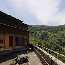 山翠の坪庭越しの景観