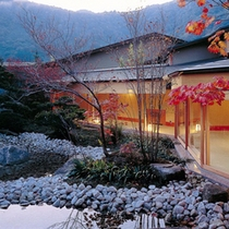 「離れ山翠」秋の中庭からの景観