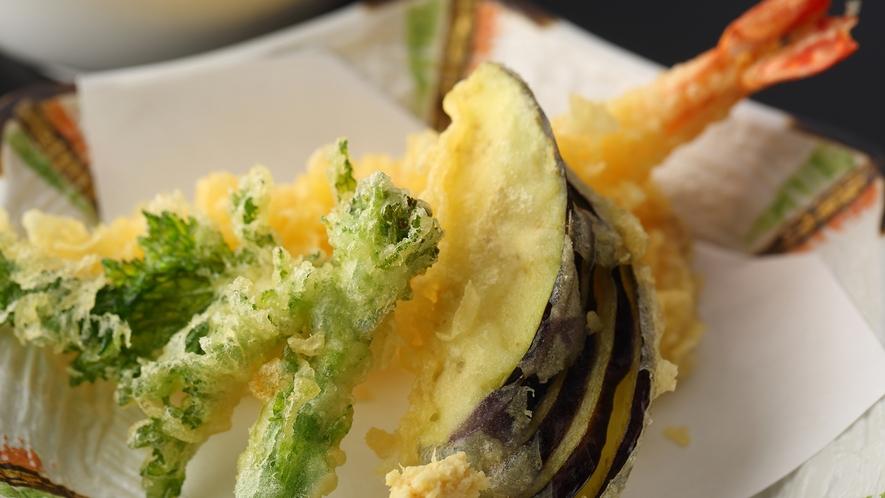 ◆季節の天ぷら◆衣の中で蒸し上げるため、素材の味が引き立ち、お口の中に広がります