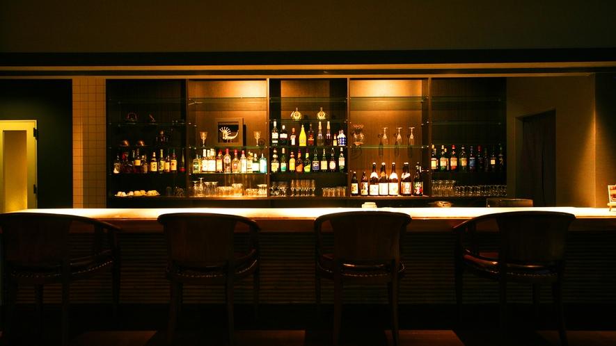 【カフェ&バー】 夜はバーカウンターでお酒もお楽しみ頂けます