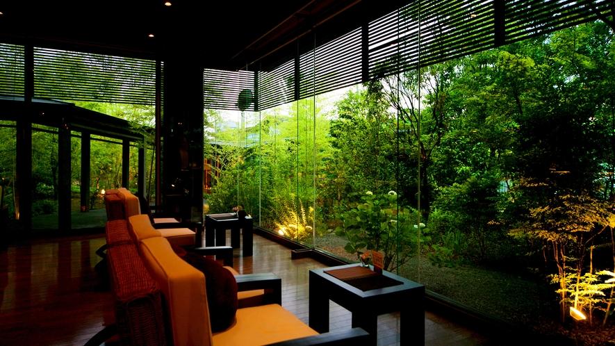 """◆カフェ&バー◆ソファに身体をそっと預け、ただただ緑と木漏れ日を眺めるという""""贅沢な時間""""を――"""