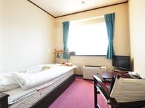 【客室】洋室シングルのお部屋です。明るい光が差し込むシンプルなお部屋。