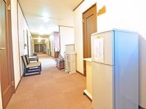 【客室廊下】共同の冷蔵庫もご用意しております