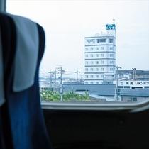 車窓から「ホテル明治屋」が見えます!