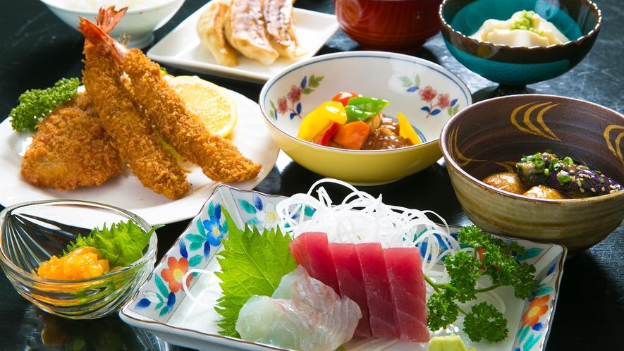 ご夕食は旬の食材を使い、健康面にも配慮した懐かしい「おふくろの味」のご夕食