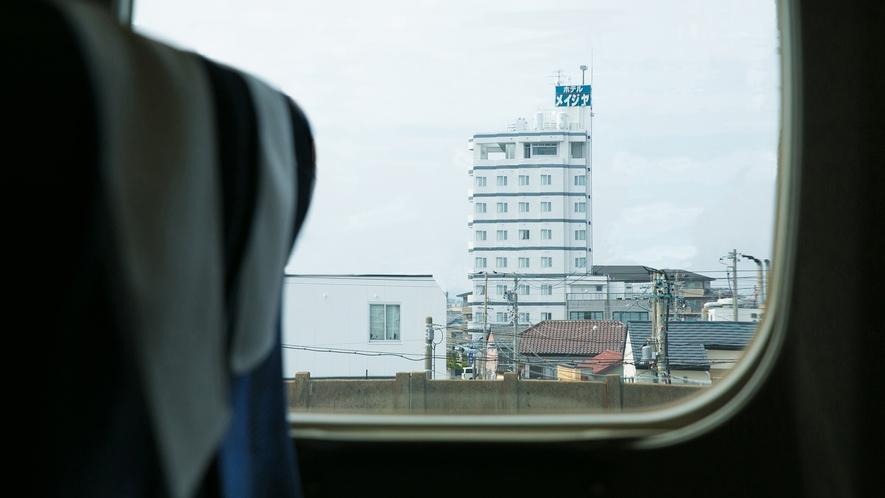 車窓から「ホテル明治屋」をご覧いただけます