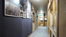*【館内】歴史を感じさせる雰囲気の廊下。