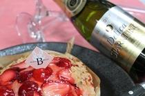 苺パイとスパークリングワイン