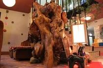 ロビーにある大きな樹のオブジェ