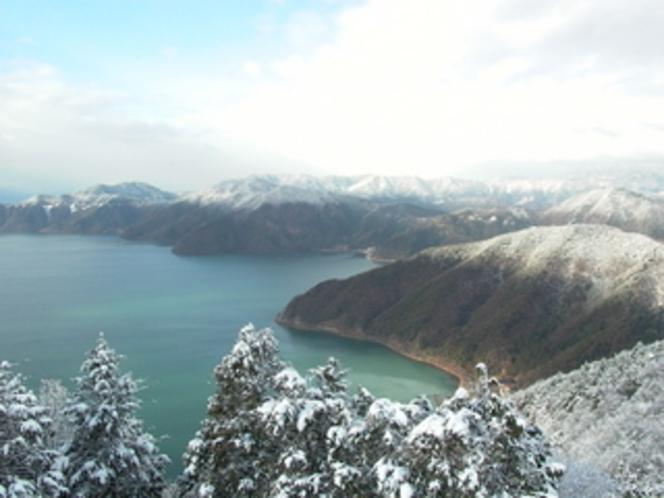 賤ヶ岳より雪の奥琵琶湖を望む