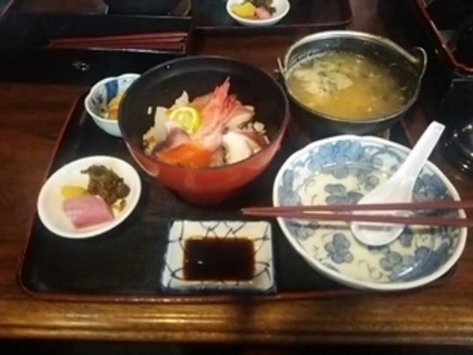 食事処の海鮮丼・たら汁