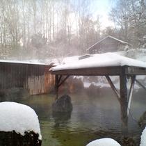 真っ白な銀世界に包まれる冬の露天風呂