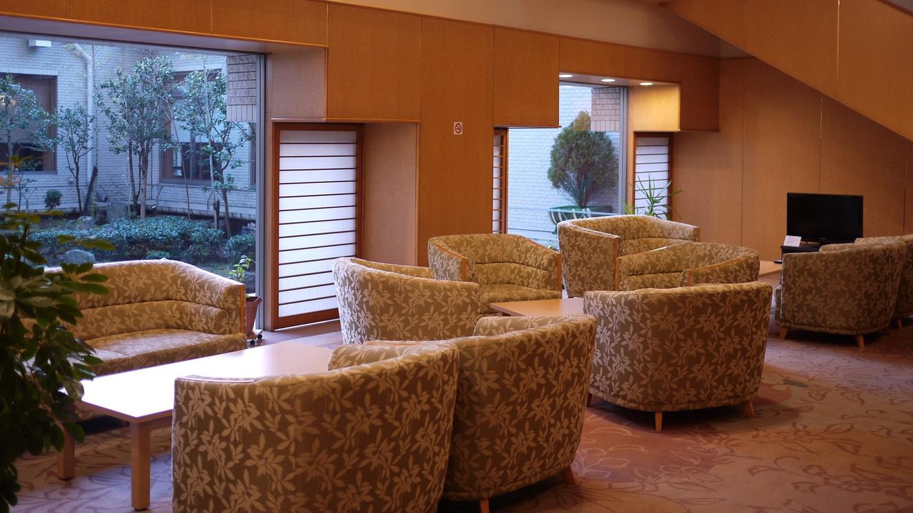 *ロビー/*窓辺に広がる日本庭園が和やかな時間を演出します。