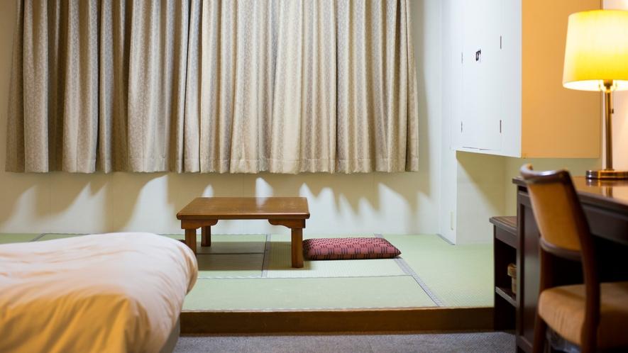 【和洋室】ベッドの奥には6畳の畳間をご用意。3名様以上でのご利用はこちらに和布団をご用意いたします。