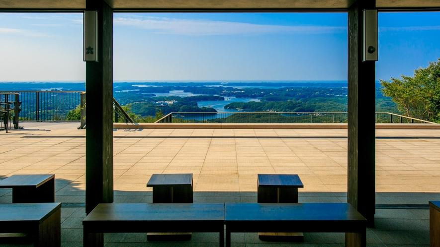 【横山展望台】カフェテラスが併設された展望台は解放感溢れる作りになっています。