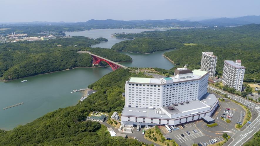 【ホテル外観】ホテルから志摩スペイン村までは的矢湾に架かる的矢大橋を通ってお車で約5分!