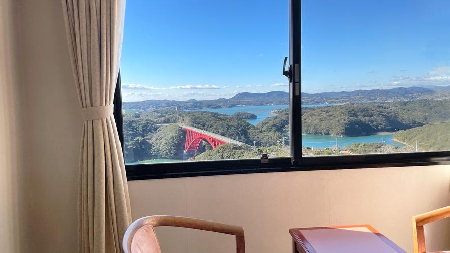 【海側客室】的矢湾に面した海側のお部屋では、窓から豊かな緑と赤い的矢湾大橋の絶景をお楽しみください。
