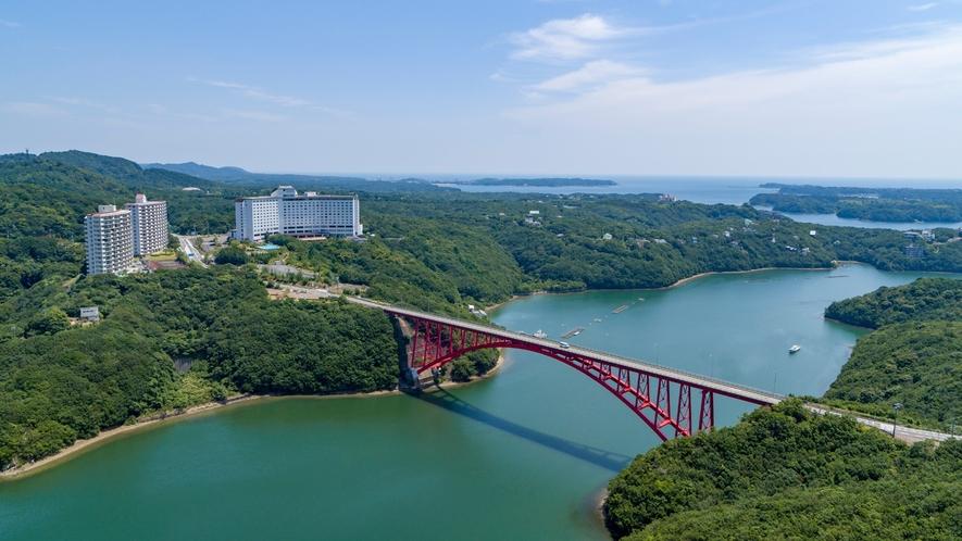 【ホテル外観】海側のお部屋からは山々の緑と、的矢湾大橋の美しいコントラストがお楽しみいただけます。