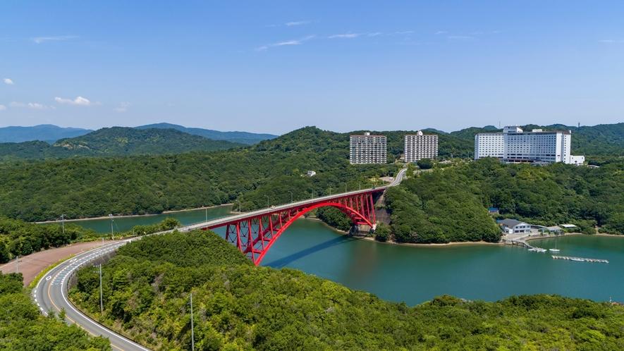 【ホテル外観】伊勢志摩の豊かな自然と的矢湾にかかる的矢湾大橋が織り成す美しい風景をお楽しみください。