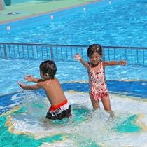 みんなでプールで遊んじゃおう♪ベビープールもあるから安心!※プールは夏休み期間中のみ営業