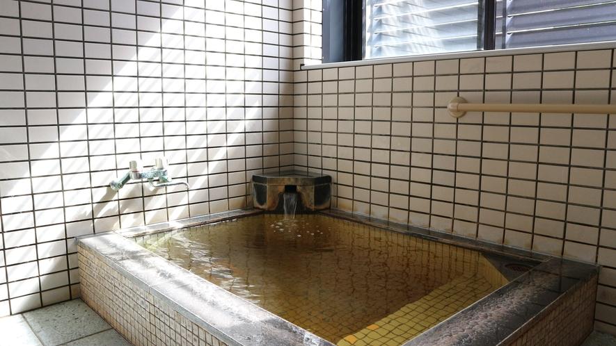 *小浴場/少し茶色ががったぬるめのお湯で、じっくり温まり下さい。