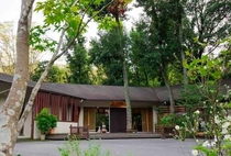 閑静な森の中に佇む3,000坪の敷地内に自家源泉を有する温浴施設。