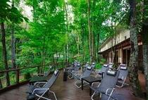 森カフェテラス席 お風呂上りのひとときをよりリラックスしてお過ごしいただけます